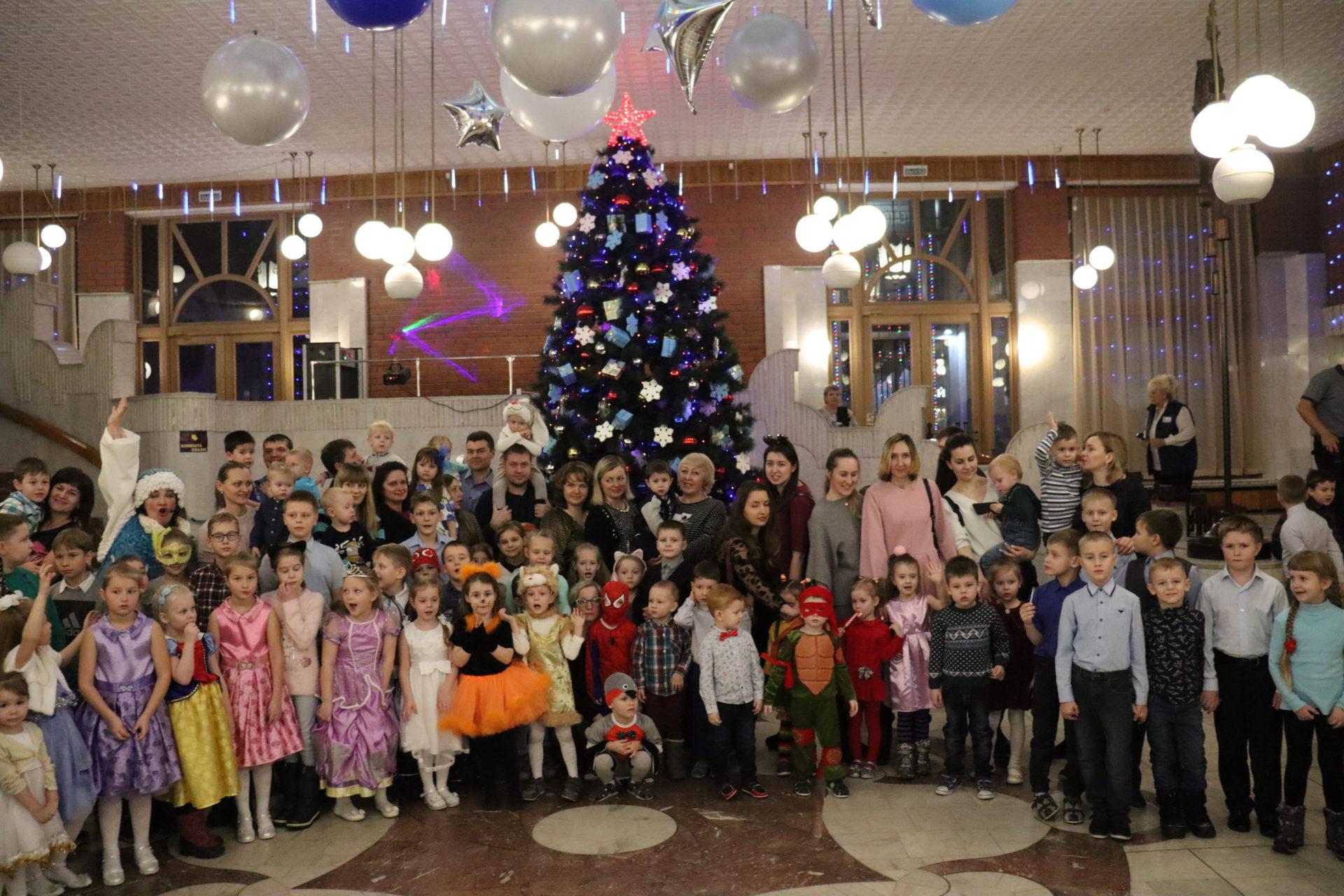 Дети сотрудников завода в Новосибирском театре кукол